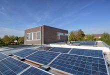 32 panelen 235WP Poly, 7,52 KWp, geballast systeem voor platte daken op een Aabo Brightwhite PVC Dakbedekking
