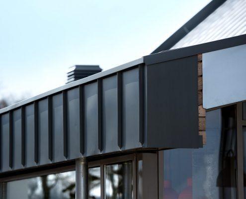 Bijzonder kinderdagverblijf voorzien van 700m2 zinken felsbanen en schoorstenen op maat - Roermond