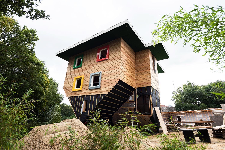 Huis op de kop, voorzien van kleurgecoate kozijnen op maat - Horst