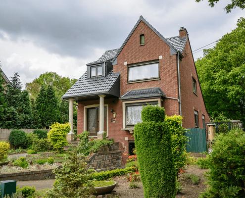 Isola Powertekk stalen dakpanelementen toegepast op een huis in België
