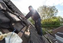 Dakpannen worden verwijderd voor plaatsing Aabo Lightbox